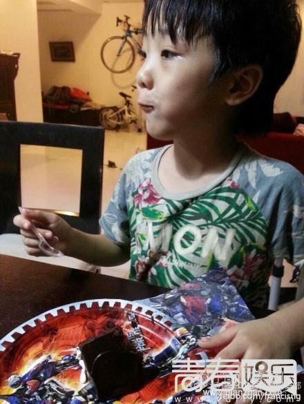 吴镇宇带儿子拍戏海边玩耍 费曼吃蛋糕萌萌哒