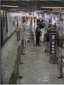 女子不愿接受地铁安检假摔引争议 看王菲李晨范冰冰安检照竟是这样