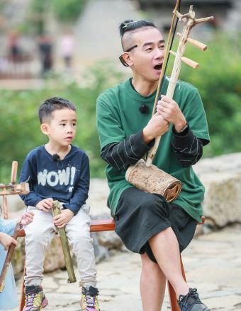 《爸爸去哪儿5》陈小春献二胡首秀 刘畊宏父女齐跑调