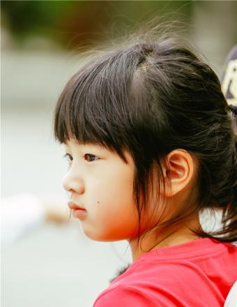 《爸爸5》neinei化身天使姐姐 吴尊盼女儿慢些长大