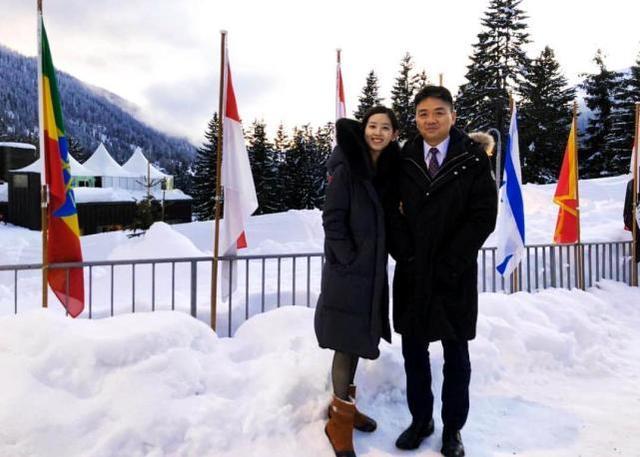 章泽天挽着老公手臂在雪地甜蜜合影,人与景色一样美