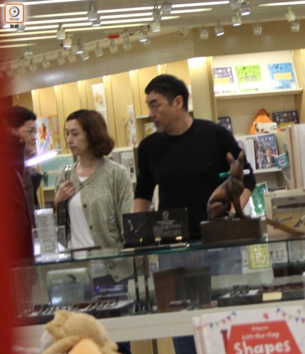 两人同逛书店