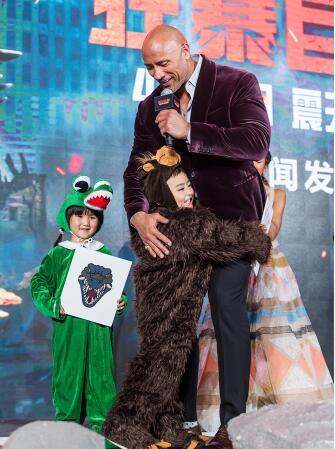 巨石强森带《狂暴》现身上海:要拉高怪兽片标准