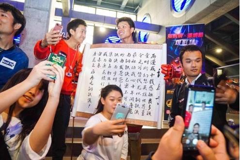 """偶像唐尼""""中国风钢铁侠""""为偶像唐尼求签名 手写倡议书感动《复联3》粉丝"""