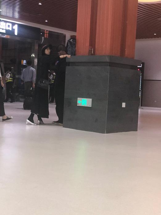 李诞机场偷瞄其他女生