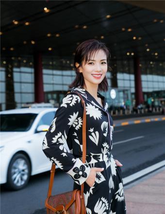 刘涛启程前往戛纳国际电影节 黑白印花睡衣装惬意洒脱
